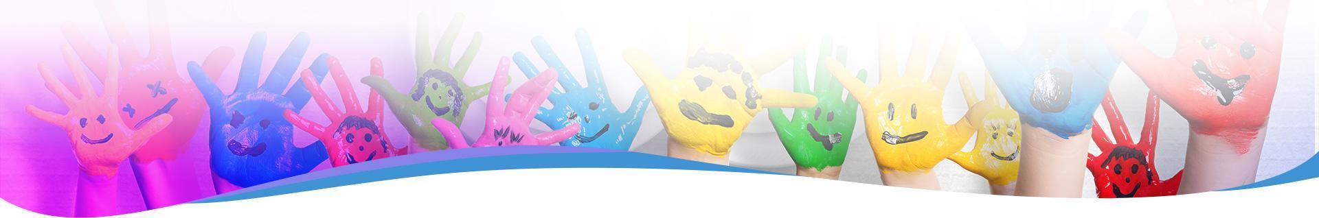 pomalowane dłonie dzieci w różnych kolorach z uśmiechami